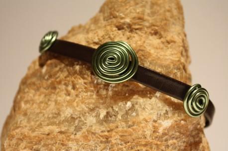 Pulsera de cuero marrón y motivos en color verde